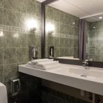 Perhehuoneen kylpyhuone