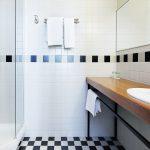 Päärakennuksen standard huoneen kylpyhuone