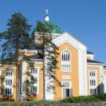 Kerimäen kirkko aurinkoisena kesäpäivänä.