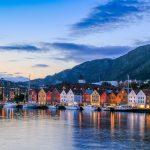 Veneitä satamassa Bryggenin vanhojen puutalojen edessä Bergenissä