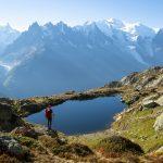 Patikoija katsoo upeaa maisemaa Mont Blancilla.