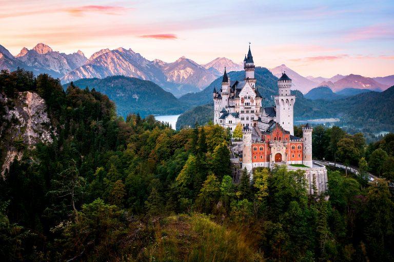Linna vuoriston ja luonnon keskellä