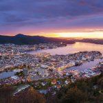 Ilmakuva Bergenistä auringonnousun aikaan.