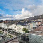 Hotel Norge by Scandic tilava huone parvekkeella