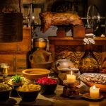 Keskiaikaisen linnan ruokia katettuna pöydällä.