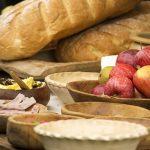 Keskiajalle tyypillisiä ruokia puisissa astioissa.
