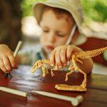 Dino Parkas -dinosauruspuisto leikkiä dinosauruksella
