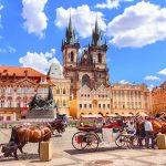 Hevoskärryjä Prahan vanhankaupungin aukiolla kesäisenä päivänä.