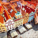 Ylhäältä otettu kuva Prahan vanhankaupungin aukiosta ja värikkäistä rakennuksista.