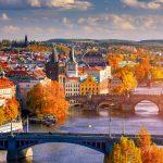 Näkymää Prahaan ja Vltava-joelle syksyisenä päivänä.