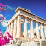 Parthenon-temppeli, pinkkejä kukkasia vasemmassa laidassa