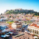 Näkymä kaupunkien kattojen yli Akropolis-kukkulalle.