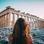 Nainen ottaa kuvaa Parthenon temppelistä