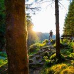 Vaeltaja ihailee maisemia Kossdalssvegenin vaellusreitillä.