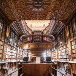 Kirjakaupan koristeellinen sali ja kirjoja seinustan hyllyillä