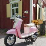 Pinkki skootteri Iso-Röyhiön kyläpuodin edessä kesällä