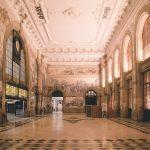 Koristeellinen rautatieaseman halli