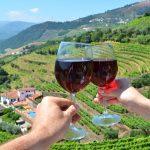 Douron viinilaakso ja kaksi kättä joissa viinilasit