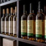 Viinipulloja hyllyssä