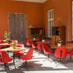 Pöytiä ja tuoleja terassilla
