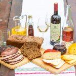 Viinejä ja juustoja pöydällä