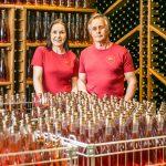 Mies ja nainen viinilasien äärellä