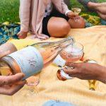 Käsi kaataa viiniä lasiin