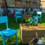 Sinisiä tuoleja puutarhassa