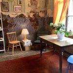 Vanha huone jossa tuoli ja pöytä