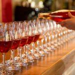 Rivi laseja joihin kaadetaan punaista juomaa
