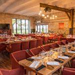 Ruokasali ja pitkät pöydät