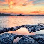 Auringonlasku rantakallioilla.