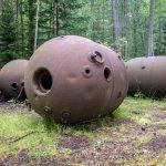 Neuvostoaikaisten merimiinojen jäänteitä metsässä.