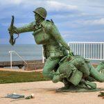 Muistomerkki, sotilas vetää perässään loukkaantunutta toveria.