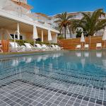 Uima-allas ja aurinkotuoleja