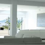 Valkoisia sohvia
