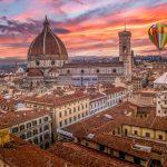 Kuumailmapallo Firenzen yllä värikkäällä taivaalla.