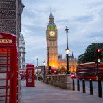 Lontoon katunäkymää, Big Ben ja punaisia puhelinkoppeja illan hämärtyessä.