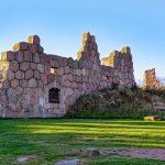 Bomarsundin linnoituksen raunioita kirkkaana kesäpäivänä.