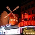 Moulin Rouge iltavailstuksessa katukuvassa