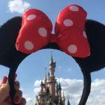Minnihiiren korvapanta ja Disneyland-linna taustalla