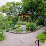 Kiviportaat johtavat pieneen huvimajaan puutarhan keskellä.