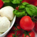 Tomaatteja ja mozzarellajuustoa sekä basilikaa.
