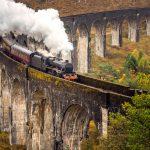 Höyryjuna etenee kivisellä sillalla.