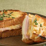 Kinkulla ja juustolla täytettyjä paahdettuja leipiä-