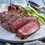 Viipaloitua lihaa ja lisukkeita lautasella.