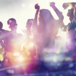 Nuoria ihmisiä juhlimassa.