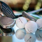 Golfpalloja ja mailoja pöydällä