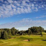 Päivä paistaa golfkentän yllä