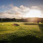 Ilta laskee golfkentällä